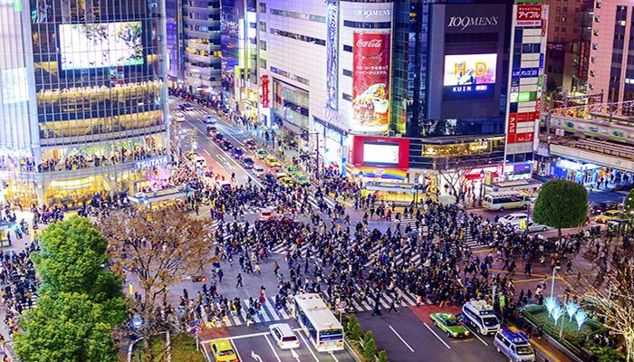 Shibuya là một trong những khu phố nhộn nhịp, đông đúc của Tokyo. Tại đây ban sẽ được chứng kiến cảnh băng qua đường tấp nập đông như kiến của dòng người đi bộ. Nguồn: squarespace.com
