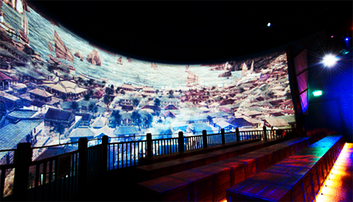 Màn hình 360 độ bên trong khán phòng tạo cảm giác chân thật nhất.