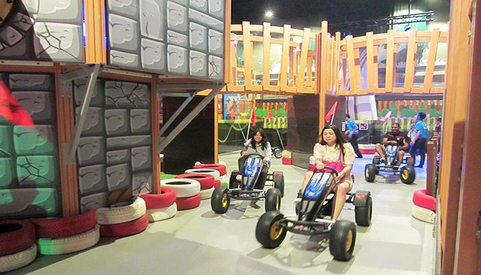 Gia đình có thể cùng vui chơi với nhau tại công viên với các trò như mô phỏng đua xe địa hình.