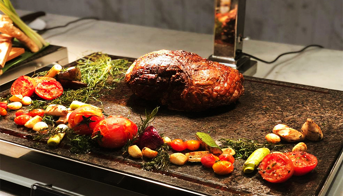 Tảng thịt ước lượng hơn 500gr được nướng hoàn toàn trên lửa đỏ.