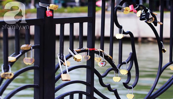Các cặp đôi thi nhau khóa những chiếc khóa tình yêu trên thành cầu. (Nguồn: afamily)