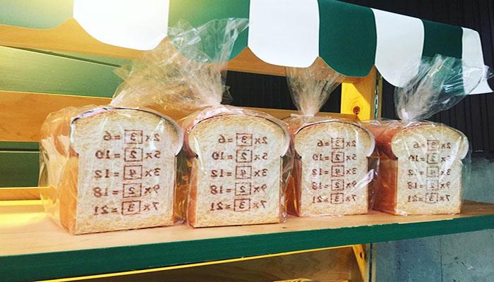 """Bạn có thể rinh về một ổ bánh mì """"chất"""" như này tại quầy lưu niệm bảo tàng nhé. Nguồn: www.dulichcongvu.com"""