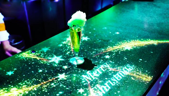 Khu vực Coral Cafe Bar với hiệu ứng đèn tương tác luôn thu hút ánh mình của mọi du khách khi đi ngang qua. Nguồn: aqua-park.jp