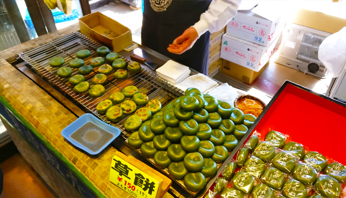 Món bánh gạo nếp mochi trà xanh nhân đậu đỏ là đặc sản của nơi đây.