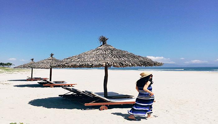 Ở An Bàng, điều lôi cuốn với du khách nhất là những bờ cát trắng, mịn màng và những hàng dương xanh cùng nước biển trong vắt. Nguồn: innotour.vn