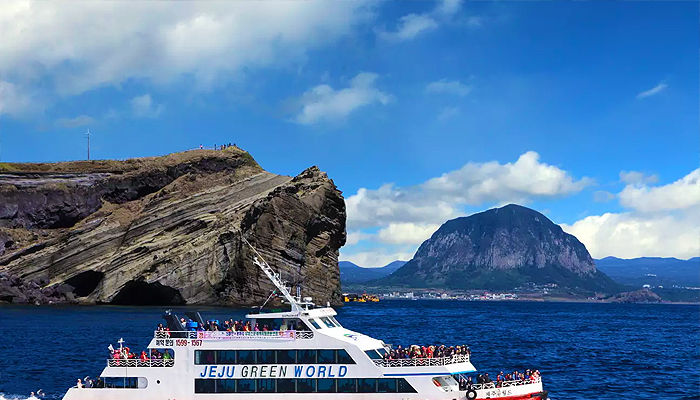 Trong vòng 1 tiếng, bạn sẽ có những trải nghiệm khó quên khi đứng trên thành tàu ngắm nhìn vẻ đẹp thiên nhiên đảo Jeju.