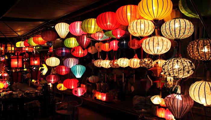 Những hàng đèn lồng rực rỡ sắc xanh-đỏ-tím-vàng được trang trí khắp nơi. Nguồn: https://webdacsanvietnam.com/shop/tiki