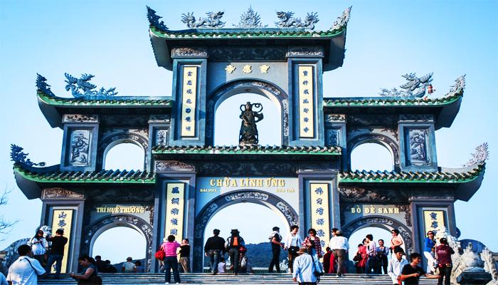 Chùa Linh Ứng với tượng Phật khổng lồ thu hút nhiều khách du lịch. (Nguồn: fansipandananghotel)