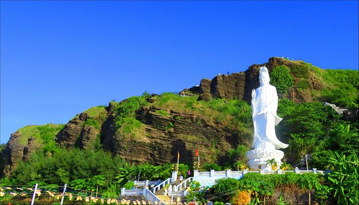 Đến chùa Hang, bất cứ du khách nào cũng phải trầm trồ trước vẻ đẹp của thiên nhiên nơi này. Nguồn: baogialai.com.vn