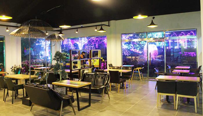 Quán cafe trong khuôn viên khu vườn là nơi thích hợp để bạn ngồi lại thư giãn trong không gian lung linh.