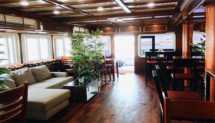 Một góc nội thất full gỗ của du thuyền. (Nguồn: lamanhtravel.com)