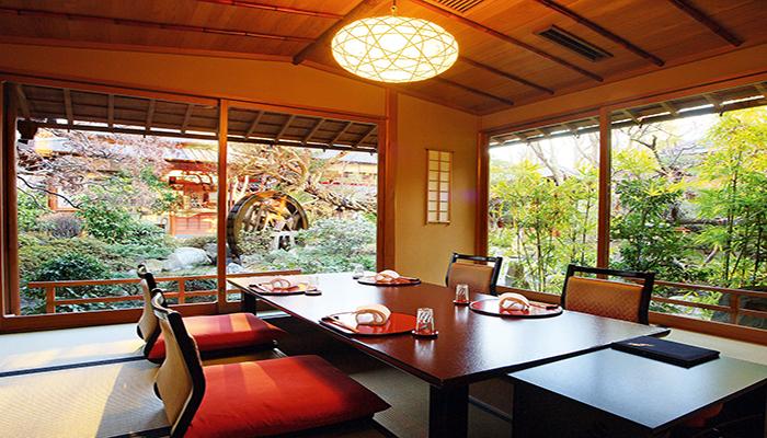Ở Nhật có rất nhiều nhà hàng phục vụ theo phong cách bàn ngồi bệt truyền thống vô cùng ấn tượng. Nguồn: amazonaws.com