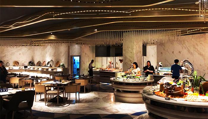 Quầy buffet rộng và thoải mái để bày trí các món ăn.
