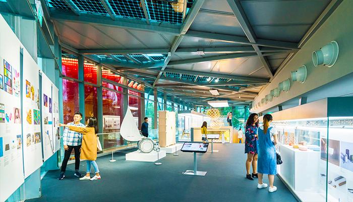Bảo tàng Red Dot Design Museum không chỉ thu hút khách du lịch mà ngay cả người Singapore cũng bị lôi cuốn.