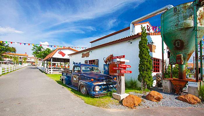 Du khách sẽ dễ dàng ngắm nhìn những chiếc xe cổ ở góc đường.