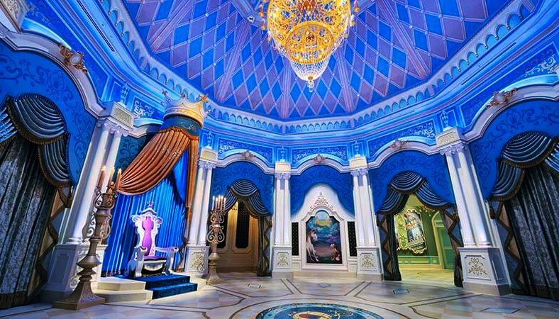 Ngai vàng bên trong cung điện của cô công chúa Lọ Lem xinh đẹp (Nguồn: tokyodisneyresort.jp)