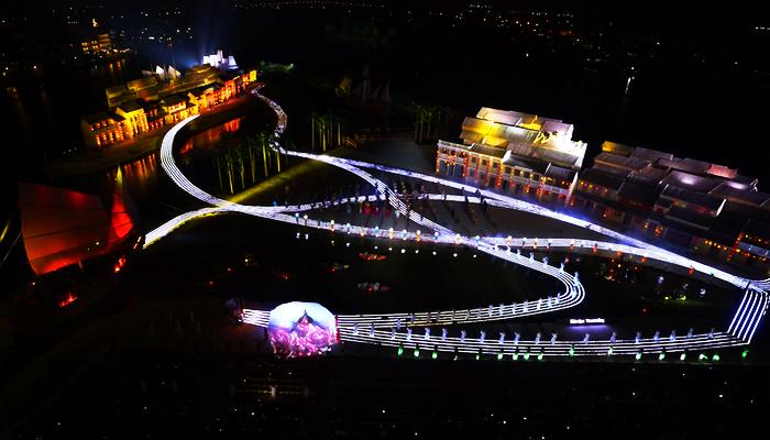 Đường biểu diễn dài tới 1000m được bố trí xung quanh sân khấu. (Nguồn: vneconomy)