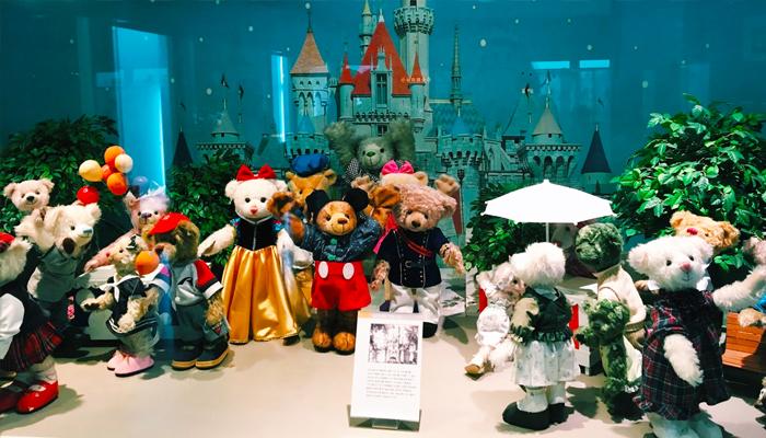 Những chú gấu Teddy được khoác lên mình những trang phục từ truyền thống đến hiện đại vô cùng đáng yêu.