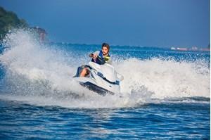 Lái Jetski ở biển Corniche